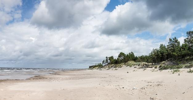 Panorama della costa del mar baltico