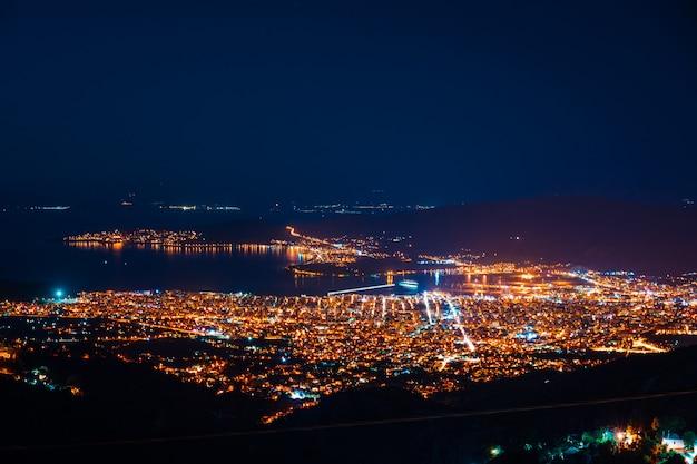 Panorama della vista dall'alto della città di notte.