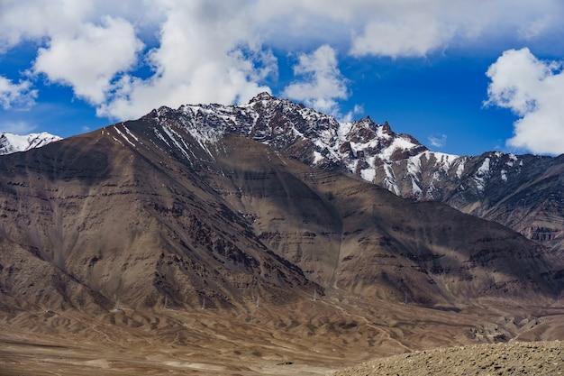 Panorama delle belle montagne che circondano leh alla luce del sole - ladakh, india.