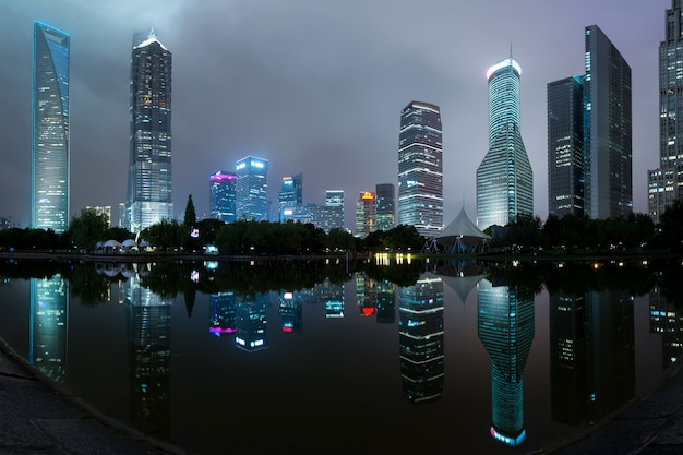 Panorama delle costruzioni del grattacielo di shanghai nel parco di secolo, shanghai, cina