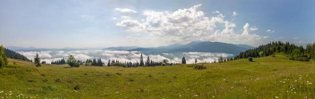 Panorama delle montagne carpatiche nel giorno soleggiato di estate.