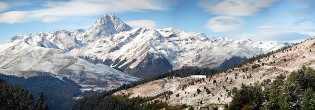 Panorama delle montagne dei pirenei francesi con il pic du midi de bigorre