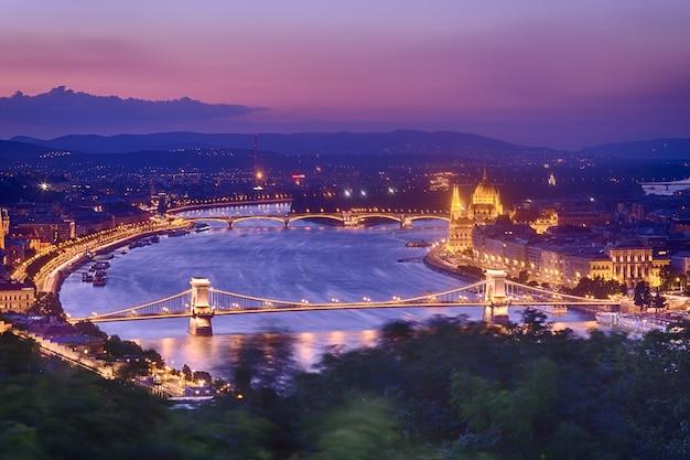 Panorama di budapest con il parlamento e ponti durante il tramonto dell'ora blu.