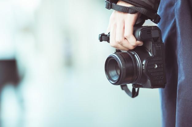 Panorama di fotografo professionista con fotocamera dslr