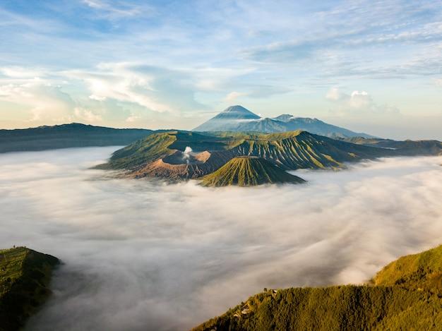 Panorama di montagne nuvolose