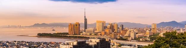 Panorama di tramonto di kyushu di paesaggio urbano di fukuoka