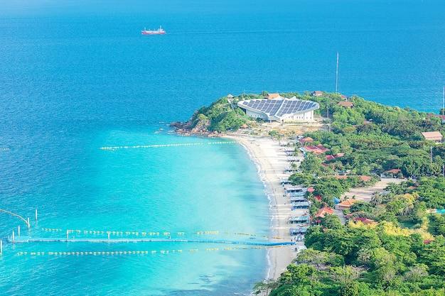 Panorama di vista dell'angolo alto della spiaggia famosa di samae con il bello golfo di koh lan, pattaya