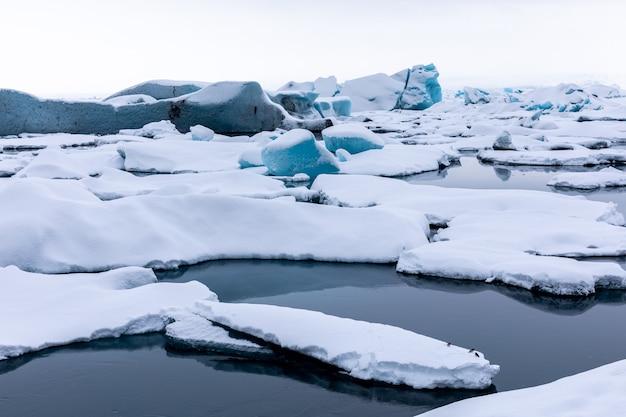 Panorama sul fiume ghiacciaio invernale e sulla spiaggia di ghiaccio