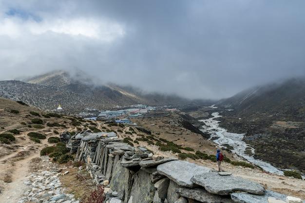 Panoramica bella vista del monte ama dablam sulla strada per il campo base dell'everest, nepal