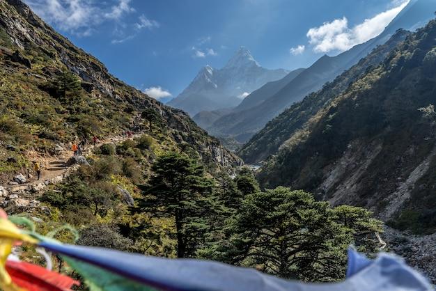 Panoramica bellissima vista sul monte ama dablam con un bel cielo sulla via per la base dell'everest