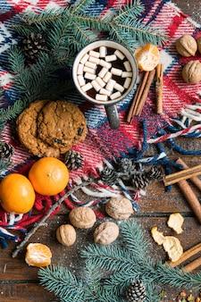 Panoramica dei simboli natalizi, cibo tradizionale e spezie altri oggetti sulla tavola di legno