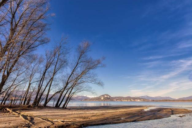 Panoramica del lago maggiore in italia