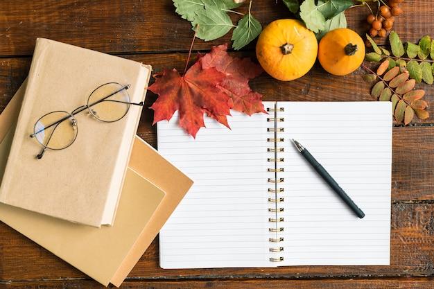 Panoramica del quaderno aperto con pagine vuote e penna