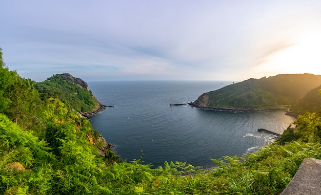 Panoramica della baia di pasajes dal monte ulia della città di san sebastian all'alba, gipuzkoa. paesi baschi