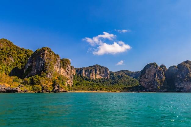 Panoramica di railay beach è una spiaggia popolare a krabi, in thailandia