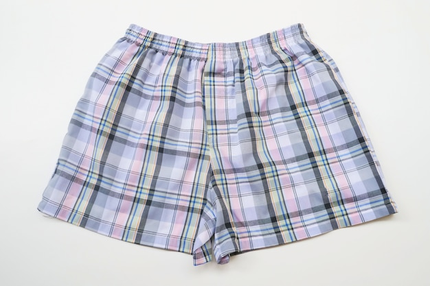 Pantaloncini da uomo su fondo di legno