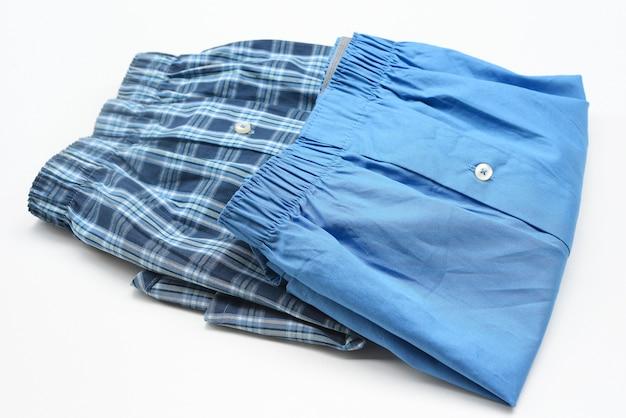 Pantaloncini da uomo su sfondo bianco