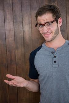 Pantaloni a vita bassa bei che indossano gli occhiali del nerd