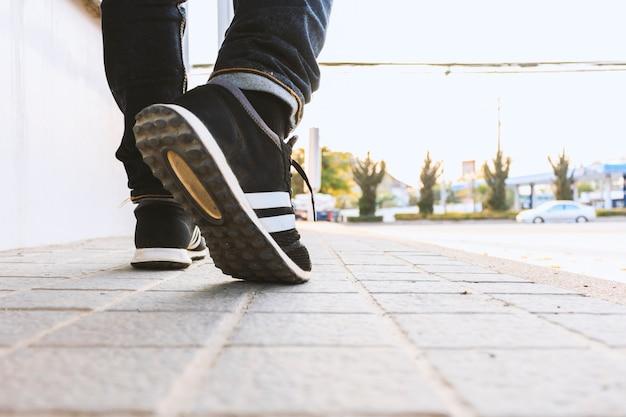 Pantaloni a vita bassa che camminano per la strada