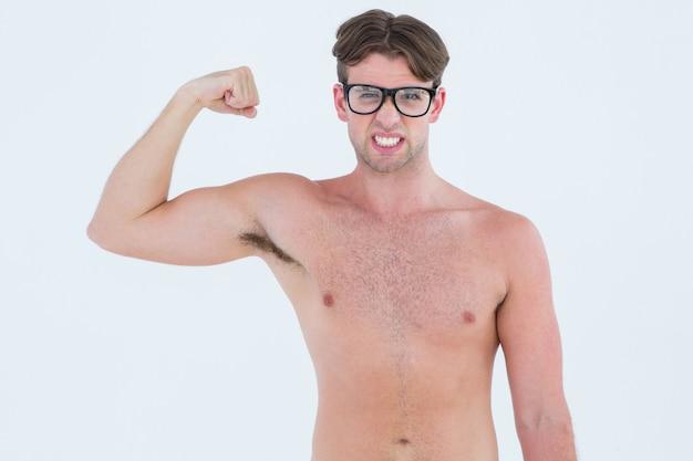 Pantaloni a vita bassa geeky che posa in topless