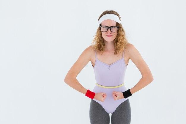 Pantaloni a vita bassa geeky che posano in abiti sportivi