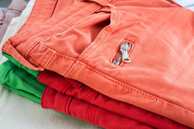 Pantaloni di colori sul tavolo di legno