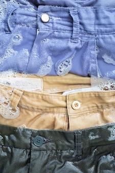 Pantaloni imbevuti di acqua detergente in polvere sciolta