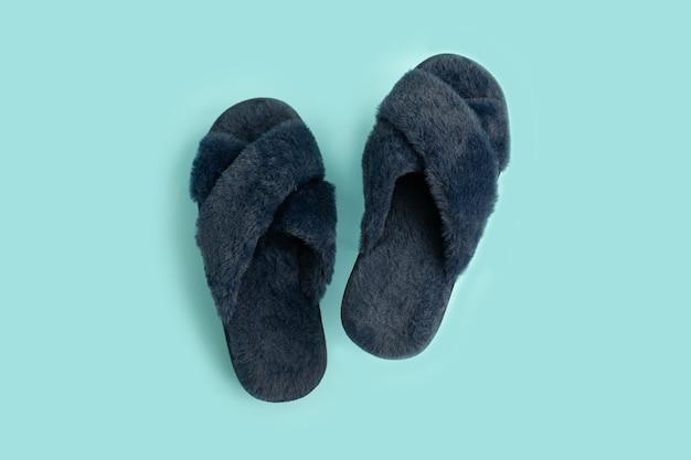 Pantofole blu su sfondo blu