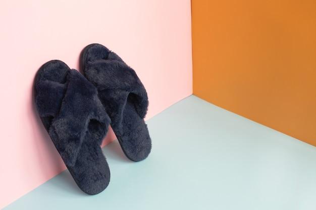Pantofole blu su sfondo colorato
