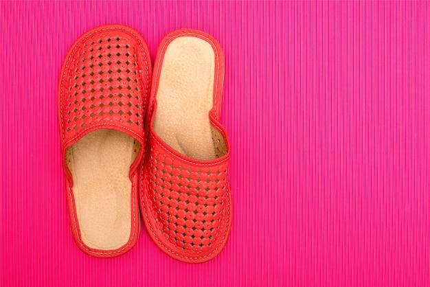 Pantofole da donna rosse su fondo colorato