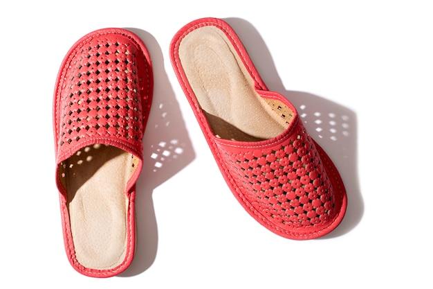 Pantofole delle donne rosse su una priorità bassa bianca