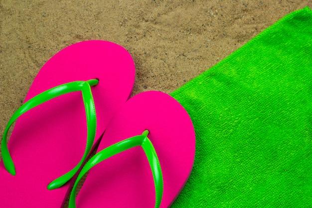 Pantofole vista dall'alto un asciugamano verde su un bech