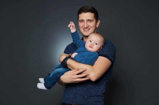 Papà abbraccia il suo figlioletto