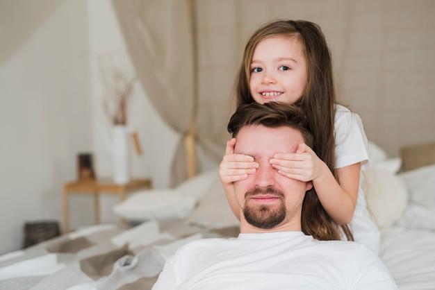 Papà celebra la festa del papà con le figlie