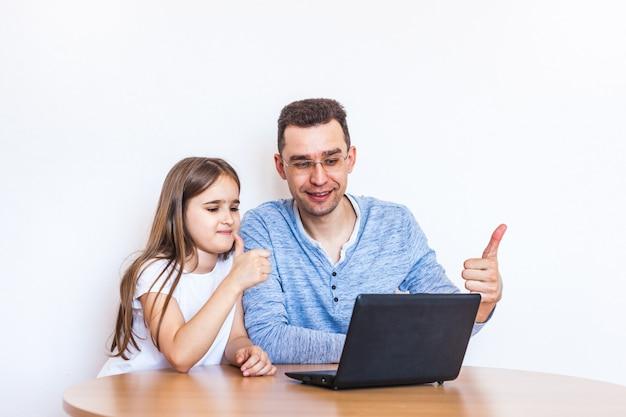 Papà e figlia imparano via internet