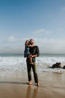 Papà e figlia in spiaggia