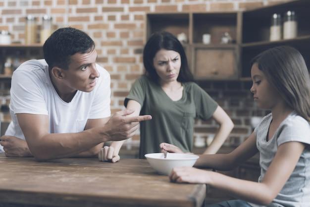 Papà e mamma fanno mangiare una ragazza che non vuole.