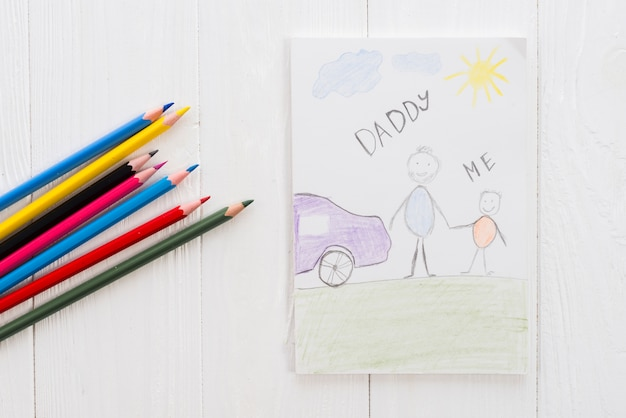 Papà e me iscrizione con matite sul tavolo