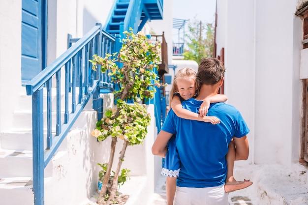 Papà felice e bambina adorabile che viaggiano a mykonos, in grecia