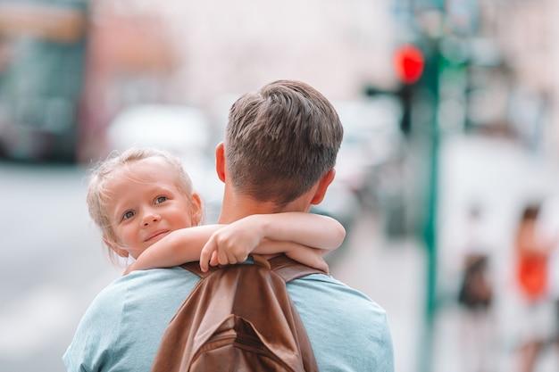 Papà felice e piccola ragazza adorabile che viaggiano a roma, italia