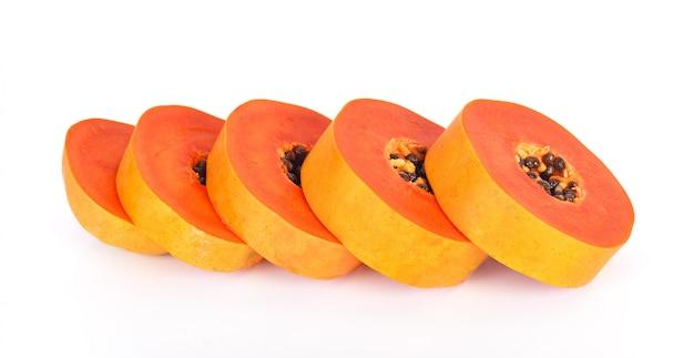 Papaia affettata su una priorità bassa bianca
