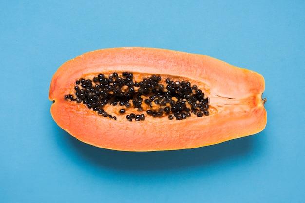 Papaia deliziosa del primo piano sul tavolo