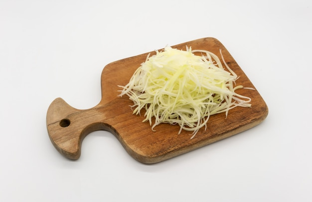 Papaia di brandello grezza pronta per insalata piccante tailandese, som-tum, isolata su spazio bianco.