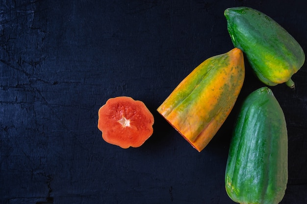 Papaia fresca su sfondo nero