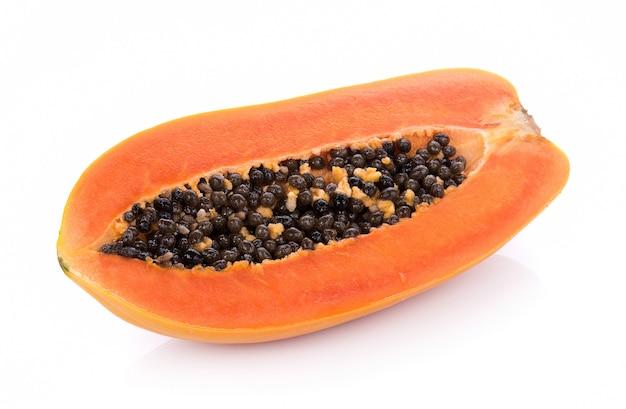Papaia isolato su uno sfondo bianco