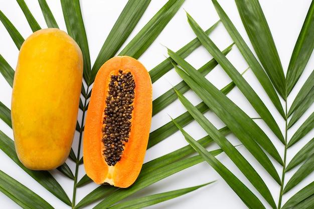 Papaia matura dolce su foglie di palma tropicali. vista dall'alto