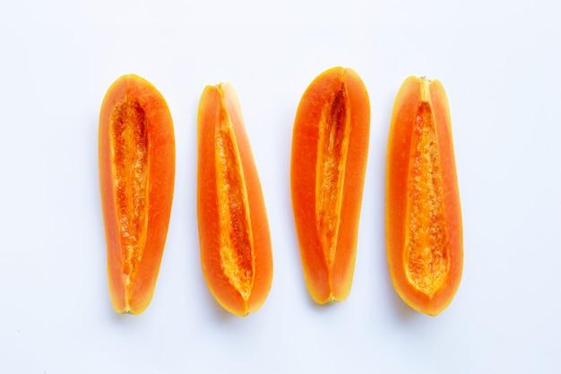 Papaia su sfondo bianco