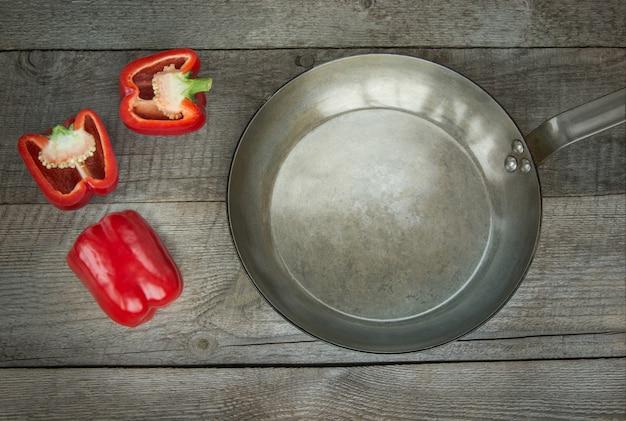 Paprica rossa e leccarda sulla tavola di legno d'epoca. vista dall'alto, copia spazio.