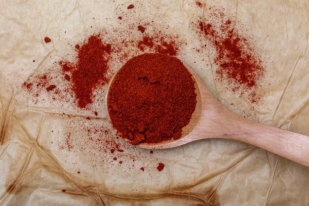 Paprica rossa in un cucchiaio di legno.