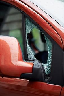 Parabrezza dell'auto forzata e rotto